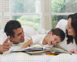 child-reading-with-parents